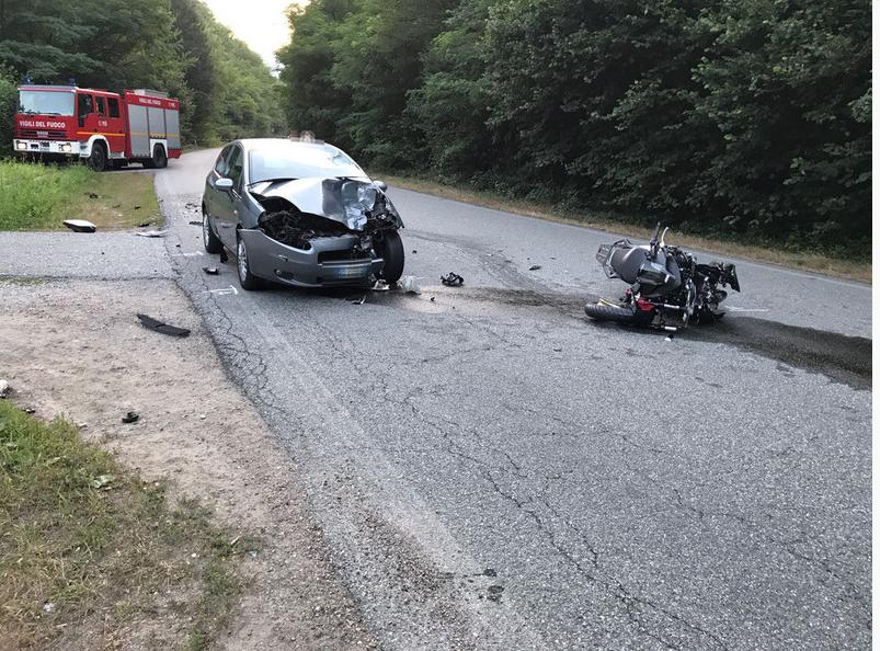 Litigano in strada, automobilista travolge e uccide ragazza in moto