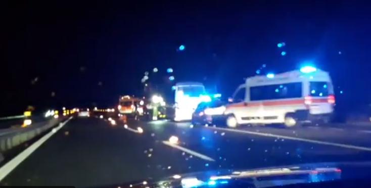 Terribile incidente sulla A26: pullman con 22 bimbi si scontra con un'auto