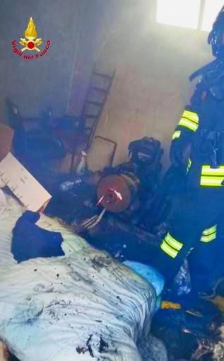 Via Pisa, fiamme nel locale motore trasformato in abitazione