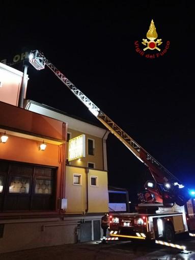 L'insegna del locale rischia di andare a fuoco