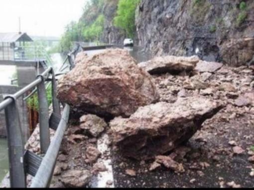 Massi pericolanti, chiusa la provinciale per Vintebbio: disagi per raggiungere la Valsesia