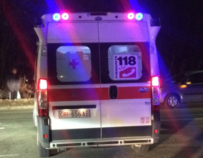 Schianto alla rotonda: morto un centauro di 39 anni, ferita una donna
