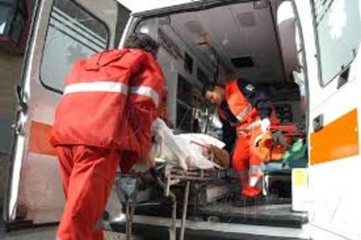 Incidente tra auto e moto: 35enne in ospedale