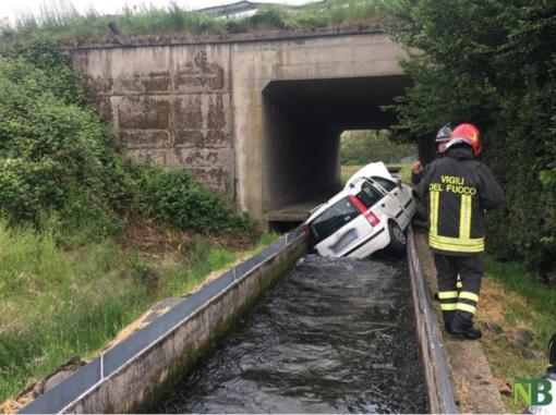 Auto sfonda il guard rail e precipita nel canale