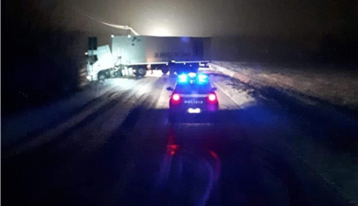 Camion di traverso: in azione i Vigili del Fuoco