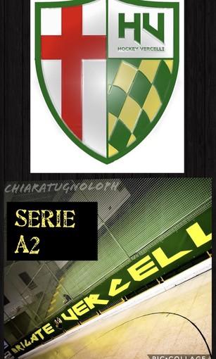 Lo scudo di Engas Hockey Vercelli e, in una foto di Chiara Jett Tugnolo, lo striscione della curva al Palapregnolato.