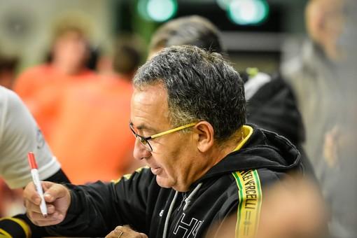 Mister Paolo De Rinaldis impartisce le sue indicazioni ai giocatori durante un match (foto di Chiara Jett Tugnolo)