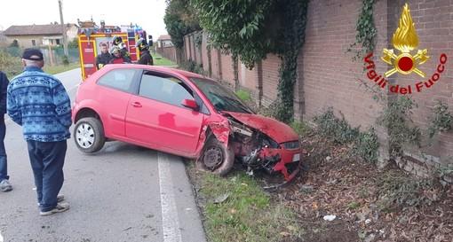 Auto fuori strada, persona ferita