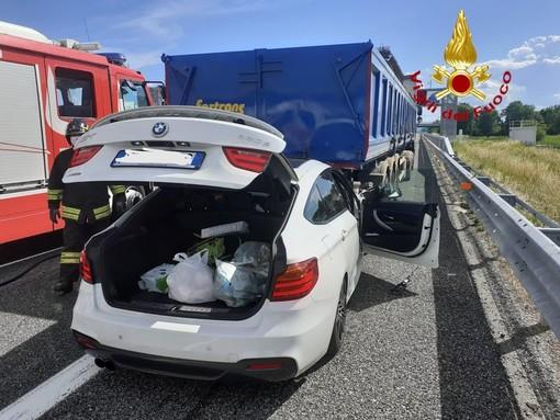 Schianto in autostrada, BMW incastrata sotto un camion