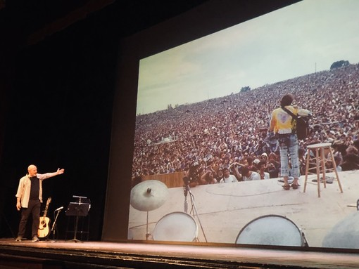 Roberto Sbaratto durante lo spettacolo, di cui ha firmato anche il testo con Cinzia Ordine.