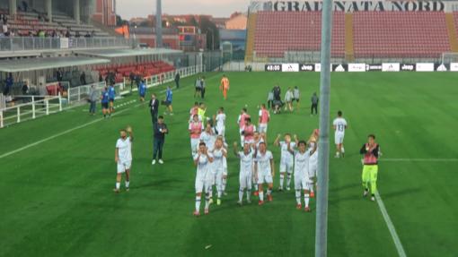 La squadra saluta i tifosi che hanno incitato fino all'ultimo (foto Gabriella Biasone)