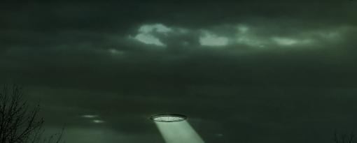 Sopra la mia testa un Ufo, illuminato da luci gialle e blu