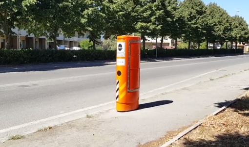 Scatole arancioni con autovelox dentro