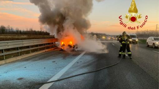 Carisio, Bmw in fiamme sulla A4