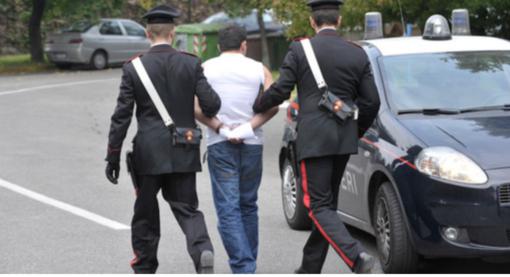 Non si ferma all'alt e sperona auto Carabinieri con patente sospesa: inseguito e arrestato