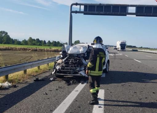 Incidente in autostrada: vettura distrutta