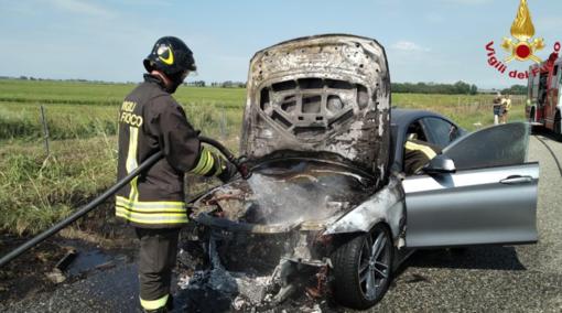 Stroppiana, fuggono dall'auto in fiamme