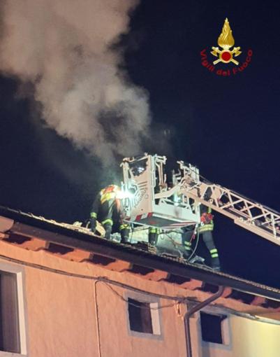 Camino in fiamme: scongiurati i rischi per il tetto dello stabile