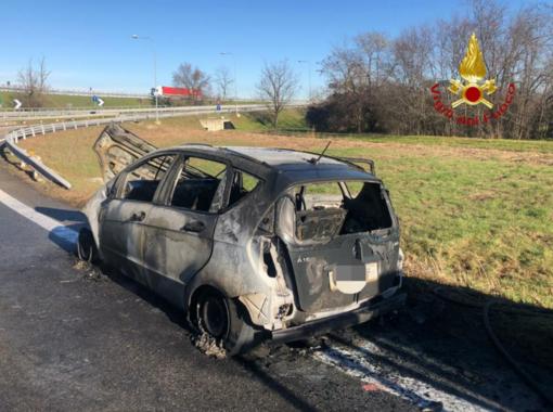 Auto distrutta dalle fiamme sul raccordo A4 - A26