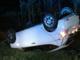 Si ribalta in un prato: auto distrutta, conducente in ospedale