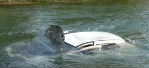 Auto senza targa in un canale: indagini in corso