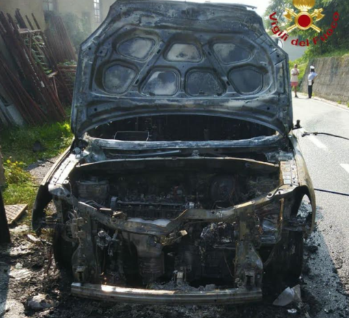 In fiamme un'auto alimentata a Gpl