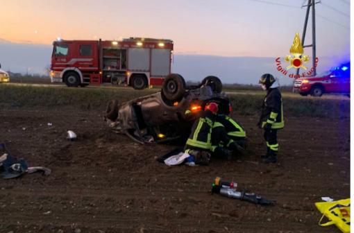 Auto in un campo, ferita una donna