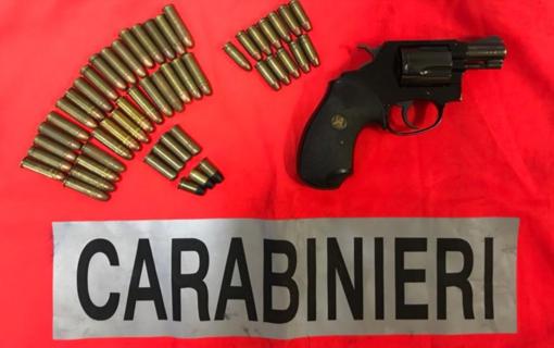 Dimentica di comunicare il trasloco dell'arma: pistola sequestrata e possessore denunciato