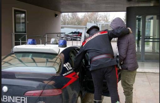 Arrestato alla frontiera: è accusato di aver accoltellato il fratello