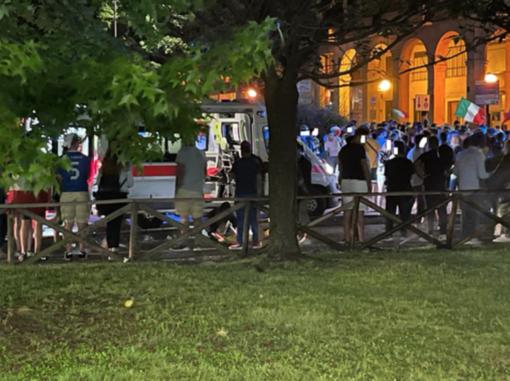 Giovane cade a terra perdendo i sensi durante i festeggiamenti dell'Italia