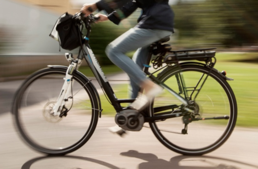 Girano per la città a bordo di due bici rubate