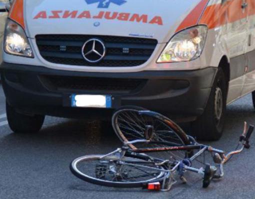 Scontro tra moto e bici: ciclista in codice giallo