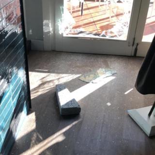 Sfonda la porta del ristorante per rubare: minorenne nei guai