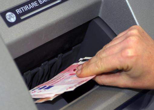 Spese e prelievi con la carta di credito rubata: vercellese nei guai