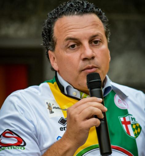 Il presidente della Provincia, Botta, con la maglia dell'Engas (foto Chiara Tugnolo)
