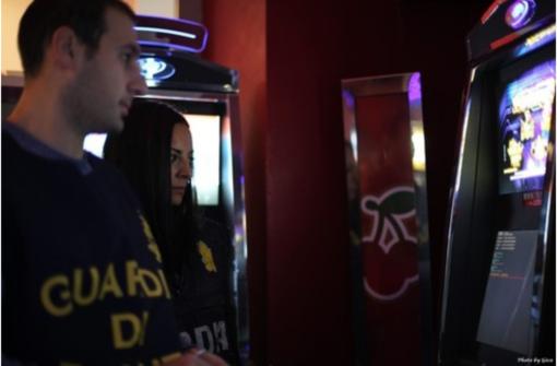 Slot manipolate, gioco d'azzardo e frode: multa da un milione e sequestri nel vercellese