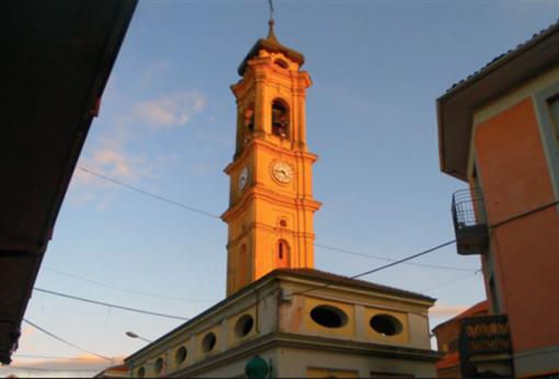 I ladri di rame lasciano al buio mezzo paese e mandano ko l'orologio del campanile