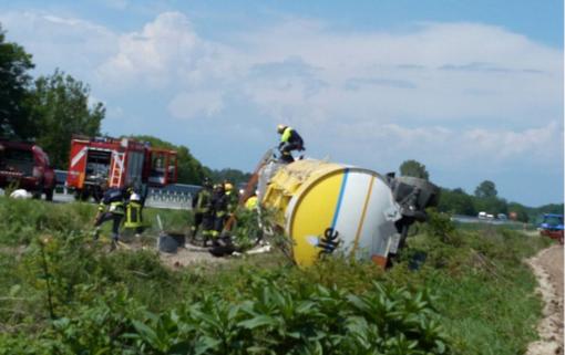 Cisterna di gasolio si ribalta in autostrada