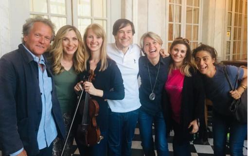 La foto postata da Cristina Canziani, con Lorella Cuccarini e i musicisti della Camerata