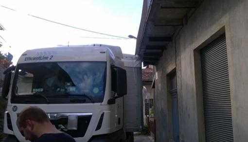 """""""Traditi"""" dai navigatori: camion si incastrano nelle stradine"""