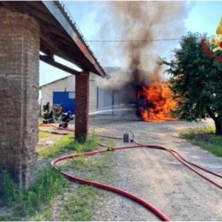 Casalino, in fiamme una cisterna di gasolio