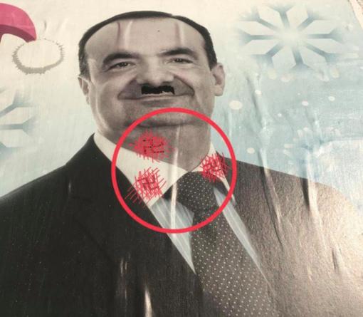 Il manifesto imbrattato con simboli nazisti