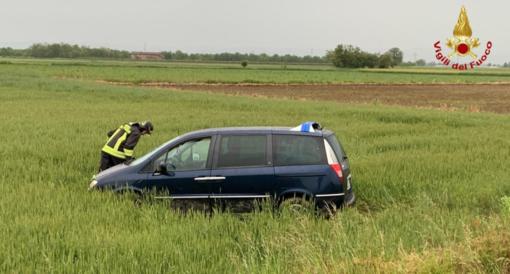 Auto finisce in un campo: a bordo 4 persone