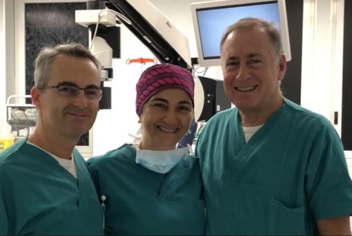 da sin: il dottor Marco Colombi, l'infermiera strumentista Franca Mazza e il dottor Vittorio Germinetti