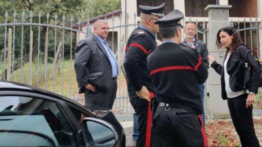 L'assessore Caucino insieme ai carabinieri chiamati per chiarire l'accaduto