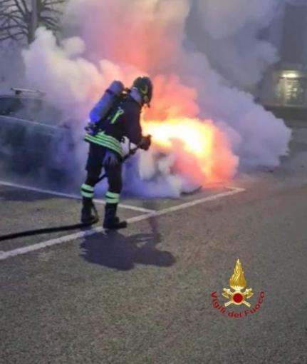 Caresanablot: auto distrutta dalle fiamme - VIDEO