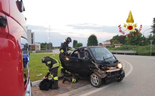 Auto abbandonata dopo l'incidente alla rotonda