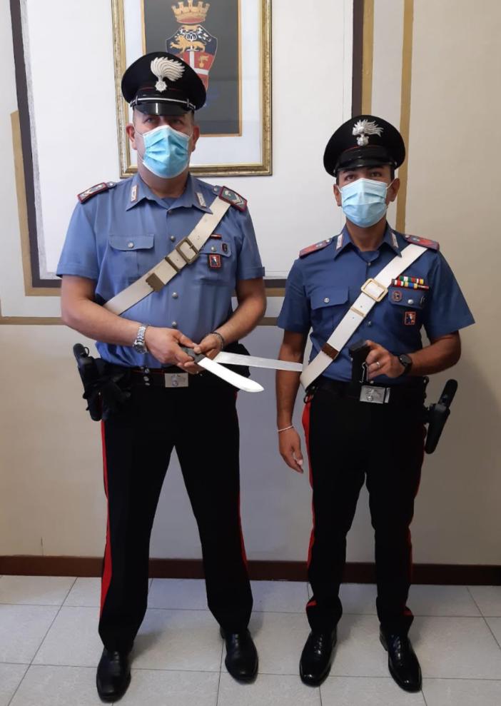 I carabinieri con i coltelli sequestrati