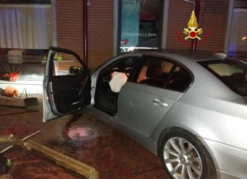 Dopo lo scontro l'auto finisce nel dehors del ristorante