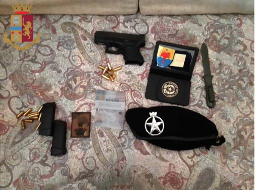 Si spacciava per agente dei servizi segreti: in casa aveva un centinaio di pistole